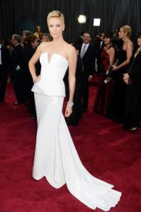 oscars-2013-charlize-theron-simple-enigmatica-L-9ETKl0